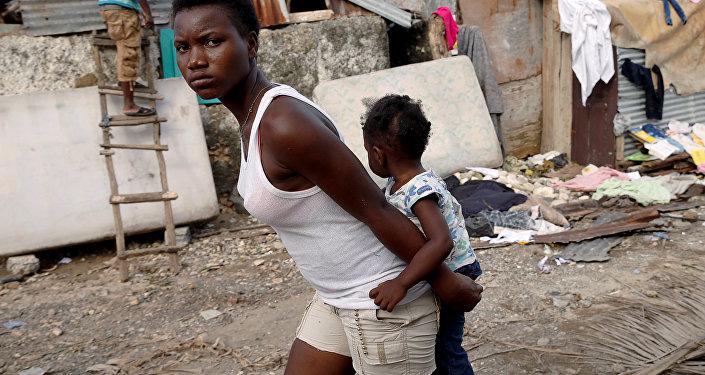 La mujer con un niño en Haití