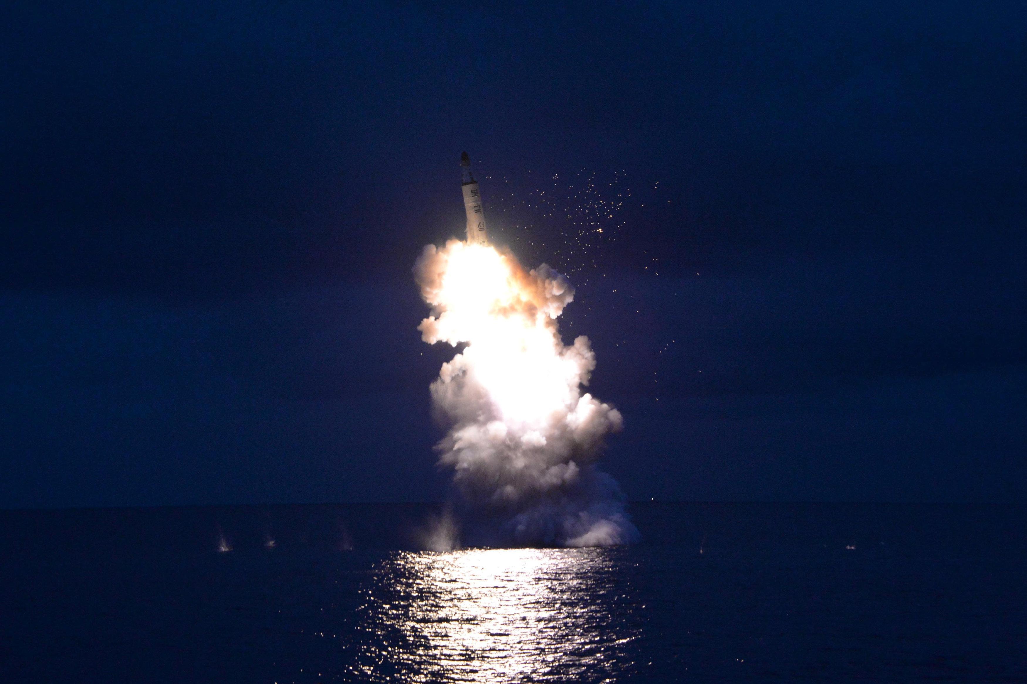 El lanzamiento de un misil submarino por Corea del Norte en agosto del 2016 (archivo)