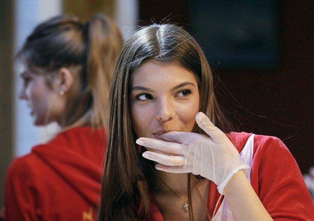 Cocinera rusa chupándose los dedos