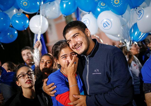 Los partidarios de Sueño Georgiano se alegran de la victoria de su partido