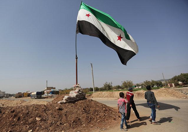La bandera de la oposición siria (imagen referencial)