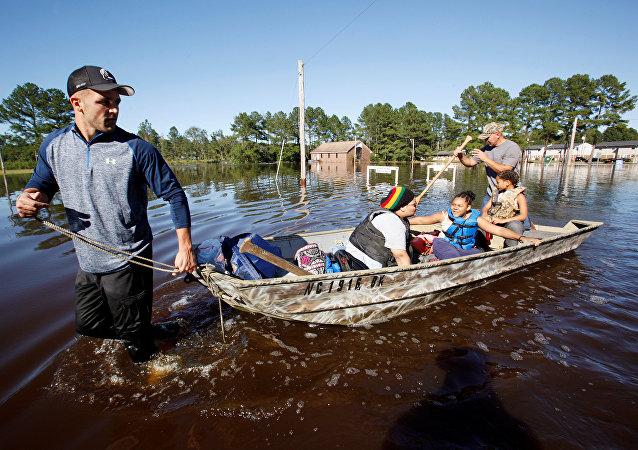 Socorristas evacúan a una familia en Carolina del Norte, EEUU, tras el paso del huracán Matthew