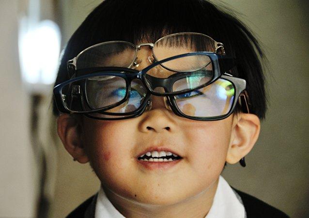 Un chico en gafas