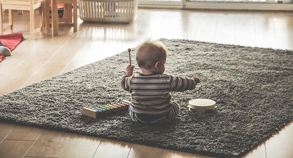 Publicó fotos de bebé colgando de edificio por más likes — Facebook