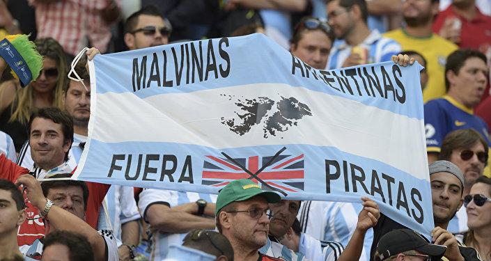 Bandera que respalda la causa argentina por las Islas Malvinas