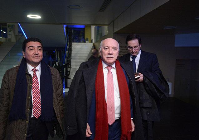 Eladio Loizaga Caballero, ministro de Exteriores de Paraguay, con la delegación