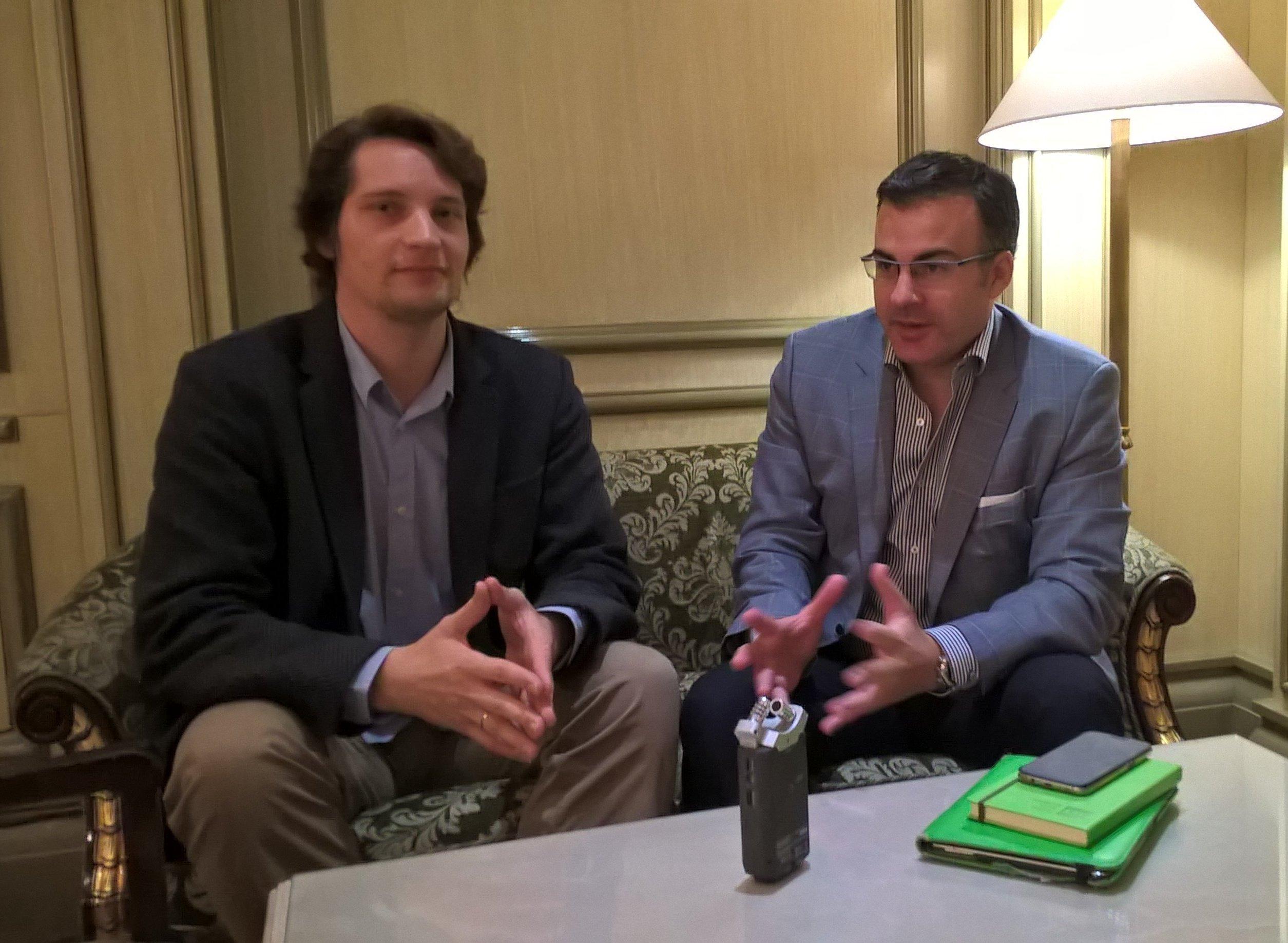 Pedro Mouriño (a la derecha) ofrece entrevista a corresponsal de Radio Sputnik Víctor Ternovsky (a la izquierda)