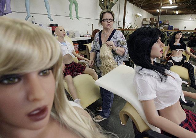 Una mujer trabaja en la fábrica de muñecas sexuales, RealDoll