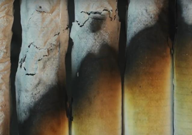 Mortalmente bellas: Macro de cigarrillos ardientes en lapso de tiempo