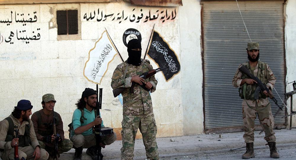 Los combatientes de los grupos armados cerca de la simbólica de Daesh en Siria
