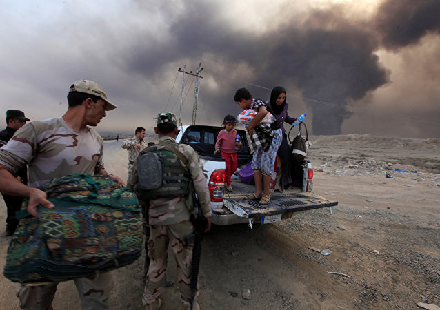 Displaced people who are fleeing from clashes arrive in Qayyarah, during an operation to attack Islamic State militants in Mosul, Iraq, October 19, 2016