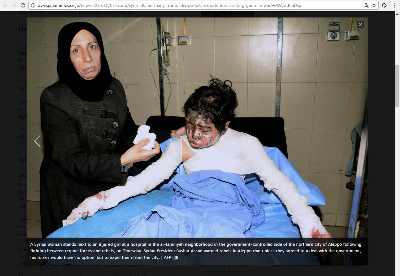 Imagen de la niña y su madre en artículo de The Japan Times cuya descripción original alega que la niña fue víctima de los combates entre fuerzas gubernamentales e insurgentes