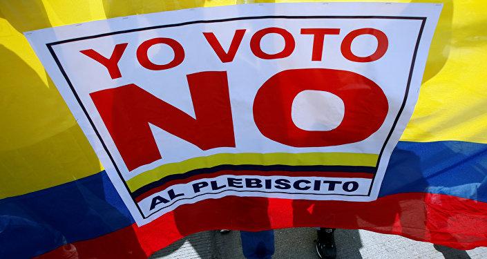 Manifestantes gritan Yo voto NO protestando contra el acuerdo de paz entre el Gobierno colombiano y las FARC