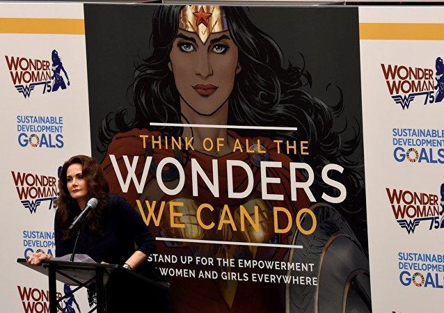 La actriz Lynda Carter durante la ceremonia del nombramiento del personaje Mujer Maravilla como la nueva embajadora honoraria de la ONU para el empoderamiento de las mujeres y las niñas