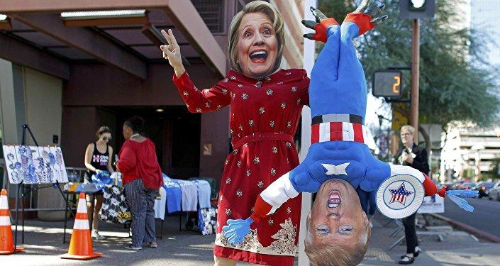 Máscaras de Hillary Clinton y Donald Trump, candidatos a la presidencia de EEUU