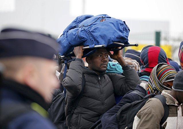Un migrante espera la evacuación de campamento de Calais