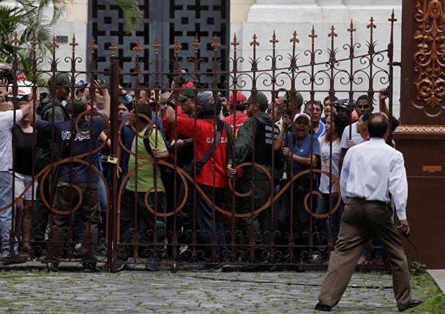 Seguidores de Nicolás Maduro, presidente venezolano, enfrente de la Asamblea Nacional