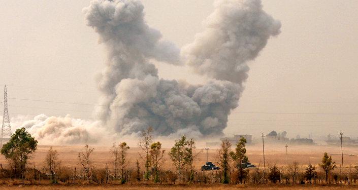 El humo sube al aire tras un ataque aéreo en Irak