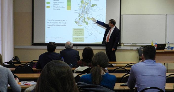 Dr. Hernando José Gómez Restrepo ofrece conferencia en Escuela Superior de Economía en Moscú