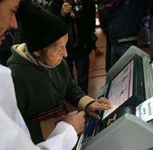 Una anciana argentina usando una máquina de voto electrónico (archivo)