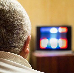 Un hombre asiste a un programa de televisión (archivo)