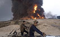 Un incendio de un campo de petróleo cerca de Mosul (archivo)