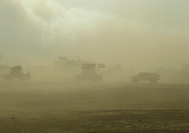 Las tropas iraquíes en los humos de una planta de azufre incendiada por los terroristas de Daesh (archivo)