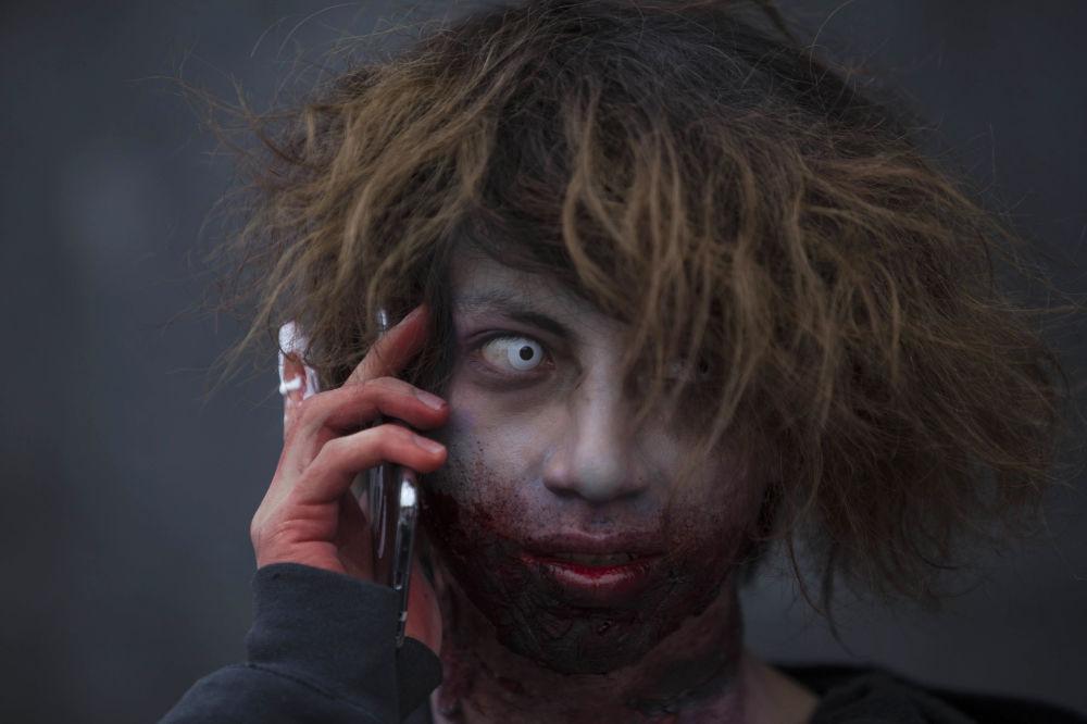 Cientos de residentes de la Ciudad de México participaron el sábado en el desfile anual del zombi