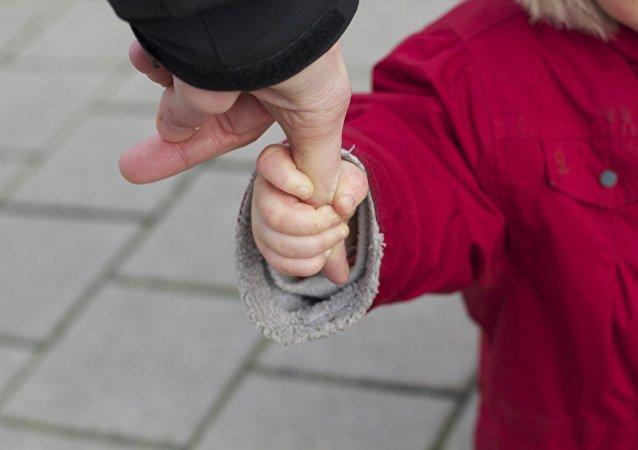 La mano de un niño