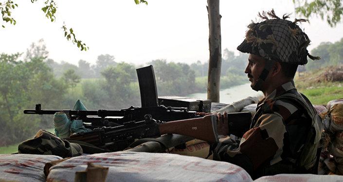 Un soldado guarda la frontera entre la India y Pakistán