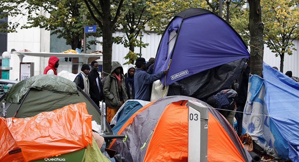 Un campamento de inmigrantes ilegales en París, Francia