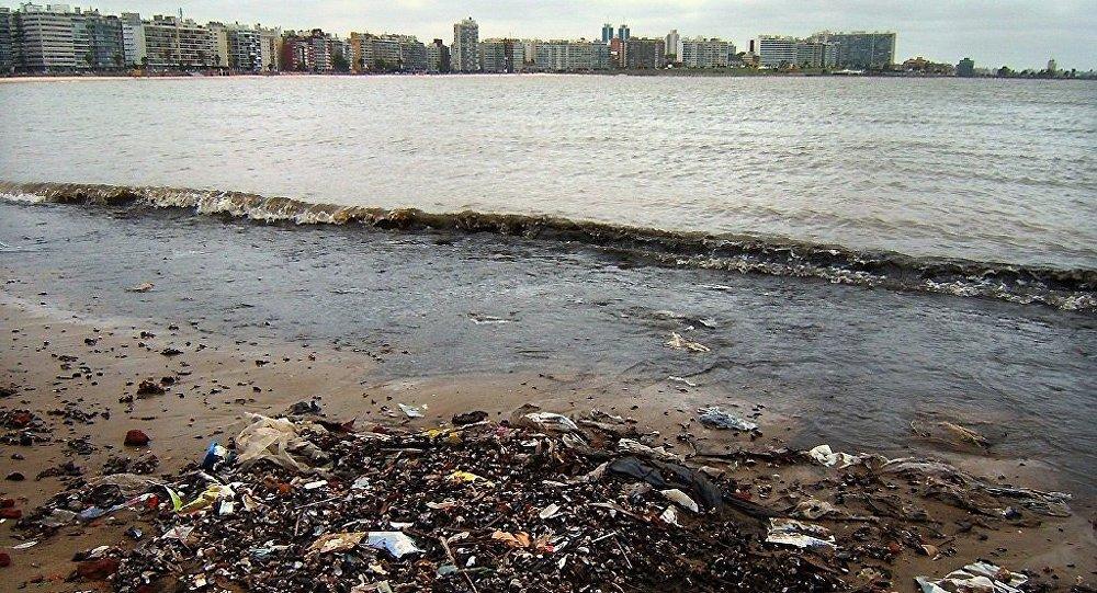Basura en una orilla en Montevideo