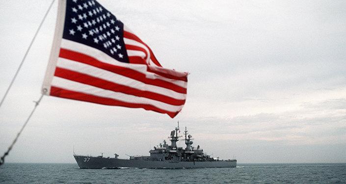 La bandera de EEUU y el buque estadounidense, equipado con misiles nucleares guiados, USS South Carolina
