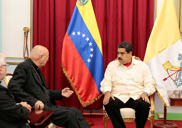 Nicolás Maduro, el presidente de Venezuela y Claudio María Celli, representate de Vaticano