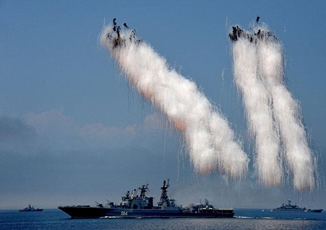 El gran buque antisubmarino Admiral Tributs