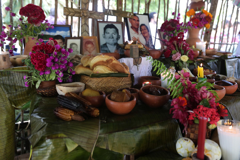Un altar con la ofrenda en día de los muertos