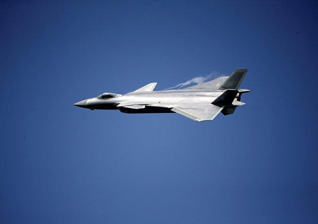 El caza polivalente chino Chengdu J-20