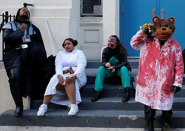 La gente preparándose para la celebracion de Halloween, Nueva York