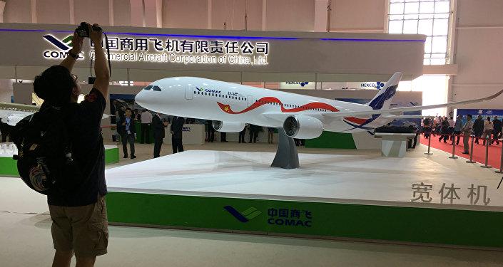 La maqueta del ShFDMS / С929 ruso-chino en la feria aeroespacial Airshow China 2016