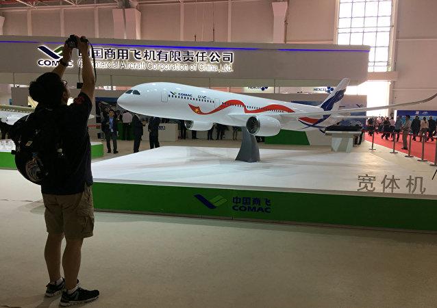 Una maqueta del CR929, el avión de pasajeros de ancho fuselaje ruso-chino