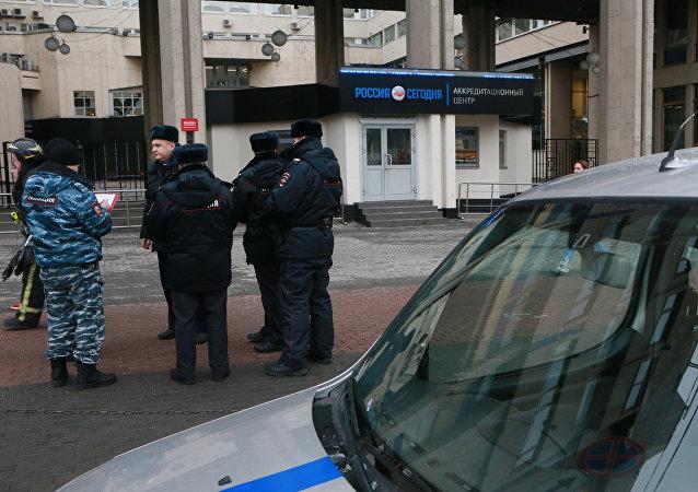 Los policias moscovitas frente a la entrada de la agencia Rossiya Segodnya tras la advertencia de una bomba