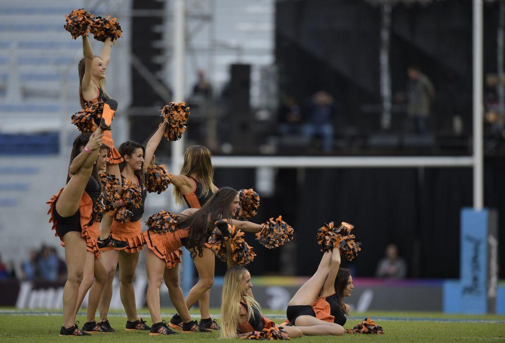 Las animadoras del equipo Jaguares antes del comienzo del partido de rugby contra Chiefs. Estadio Amalfitani, Buenos Aires, Argentina