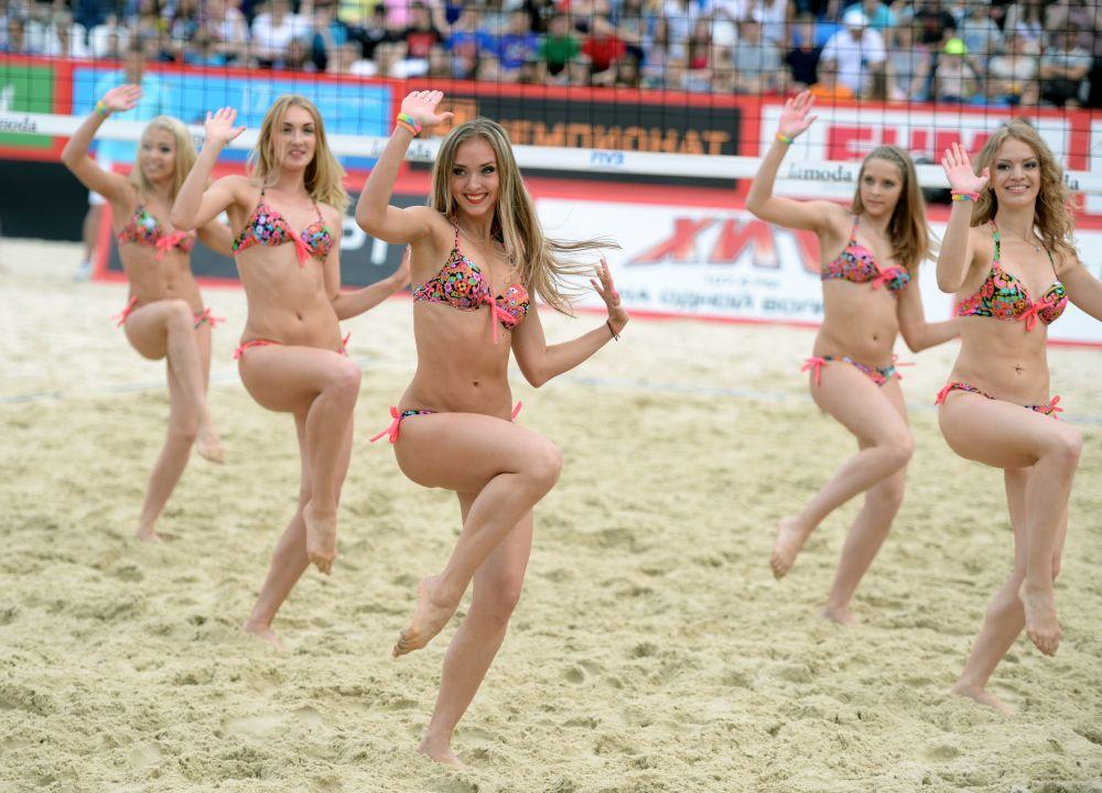 Las 'cheerleaders' participan en una de las etapas del torneo Grand Slam de voleibol de playa en Moscú