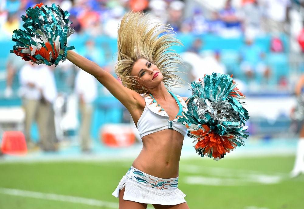 Una animadora del equipo Miami Dolphins durante el partido contra los Buffalo Bills, celebrado en Miami (Florida, EEUU)