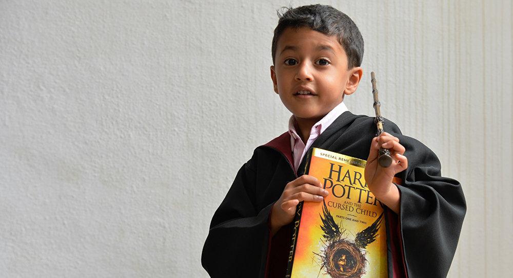 Un niño vestido de Harry Potter