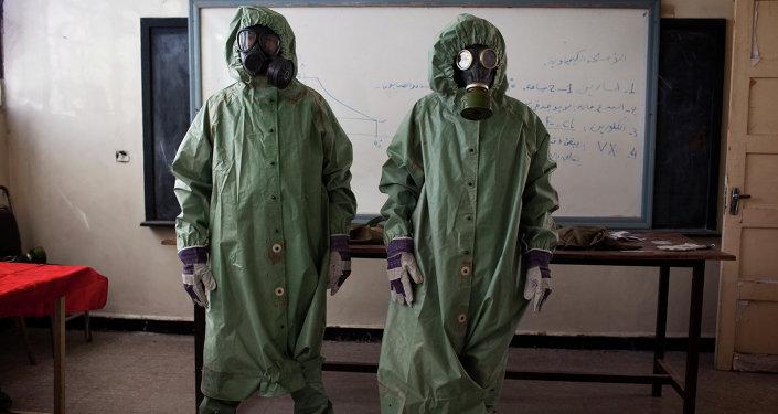Los voluntarios en las máscaras protectoras en Alepo, Siria