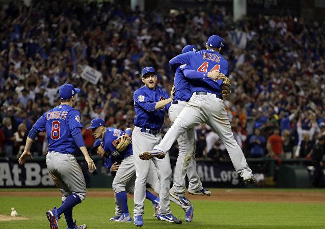 Jugadores celebran la victoria de los Chicago Cubs en la Serie Mundial de Béisbol