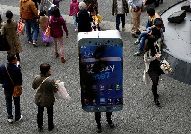 Un hombre en Tokio disfrazado de un Galaxy Note 7, el producto más 'explosivo' de Samsung recientemente