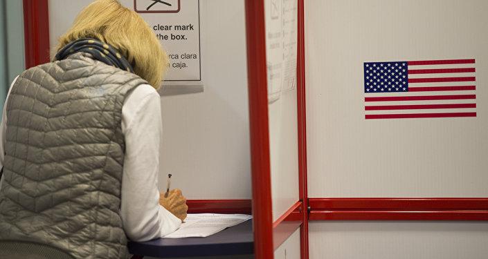 Mujer votando durante las elecciones presidenciales de 2016 en EEUU (archivo)