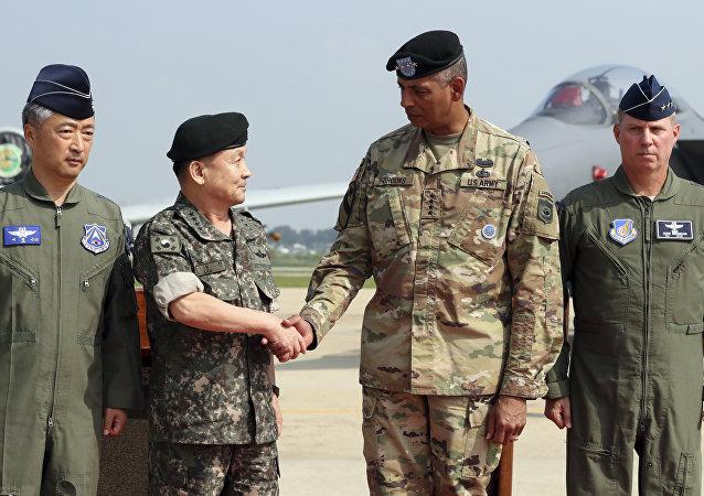 El general estadounidense Vincent Brooks y el Jefe del Estado Mayor de Corea del Sur Lee Sun Jin